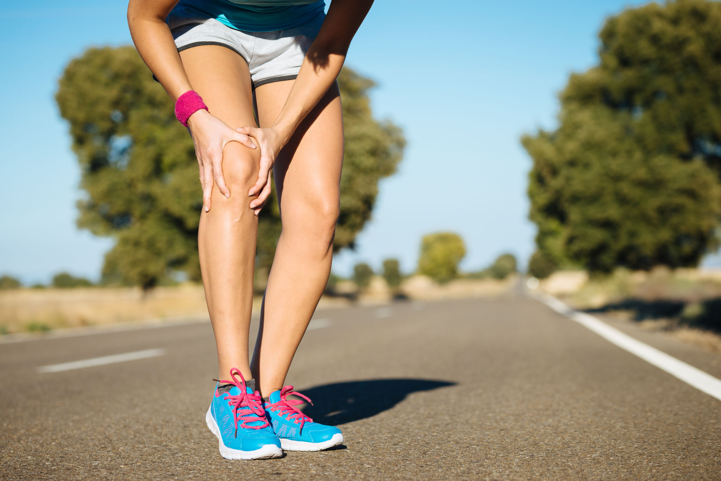 25965472 - female runner knee injury and pain.